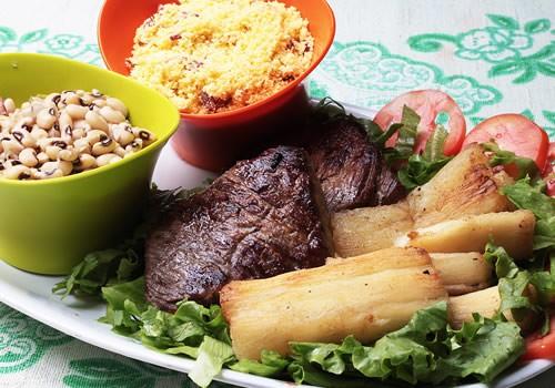 Macaxeira com carne de sol e queijo coalho. Fonte: www.blogdopilako.com.br